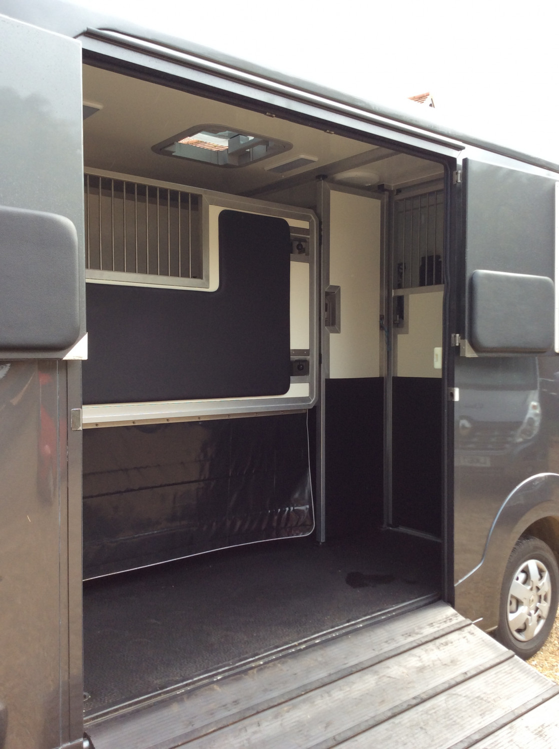 Full height partitions in our Oakley Super Sport
